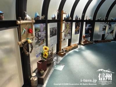 トンネルの中の展示物
