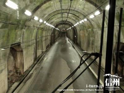 トンネル内を通過中