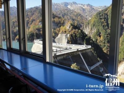 窓からダムが見える席