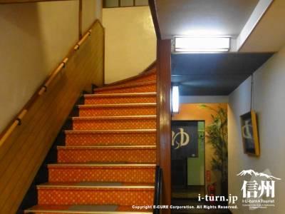 旅館のレトロ柄階段
