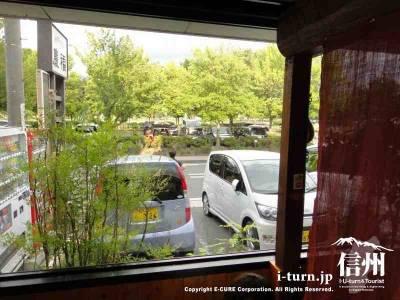 窓の外には芳川公園