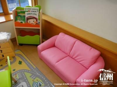 ピンクのソファと本棚