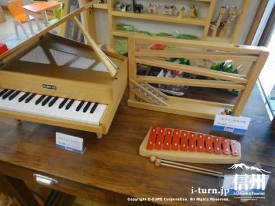 子供用のピアノと鉄琴