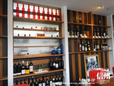 ワインが並ぶ壁