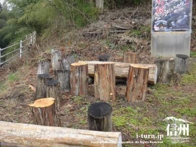 木の幹でできたイス