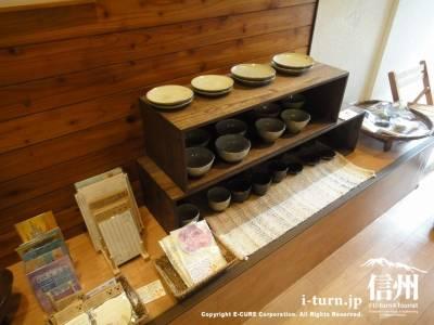 陶器やクラフトが並ぶ