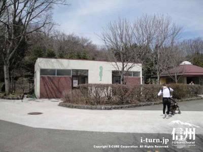 茶臼山動物園の園内トイレ