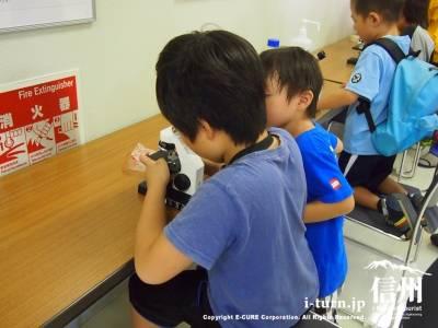 顕微鏡を除く子供たち