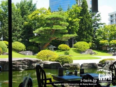 ガラス張りの向こうに日本庭園