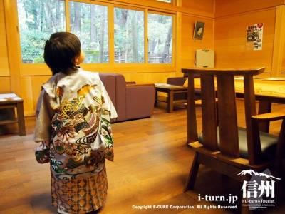 袴を着て祈祷の順番を待つ子