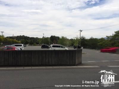 プール東側の駐車場