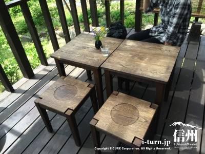 テラス席のテーブル