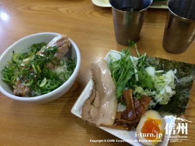 本日のおすすめヤキ豚丼とつけ麺の具材