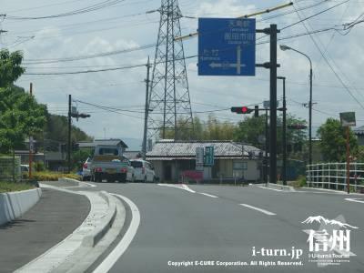 県道251号線を道なりに「新小川渡橋北」信号を左折します