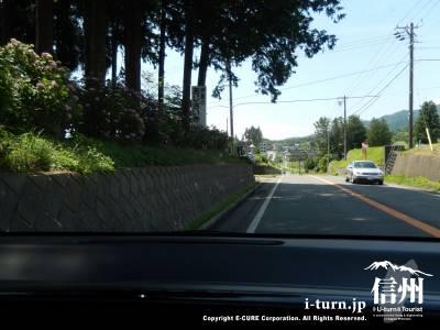 伊那市街から駒ヶ根方面に向かって広域農道沿いを進んでいくと看板が見えてきます