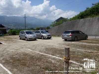結構広めの駐車場があります