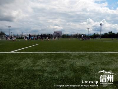 青い空とサッカー場