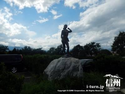 駐車場には女性の銅像