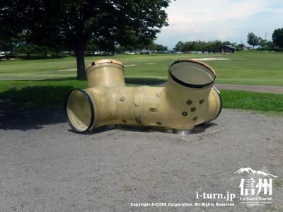 昔の土管のような遊具