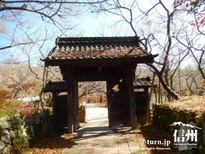 桜雲橋手前の問屋門は桜が多いのでちょっと寂しい雰囲気