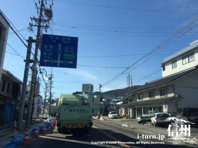 岡谷インターへ行くようにこの先の信号を右折