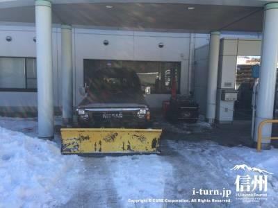 この辺りは降雪量も多いので車に装着した除雪機が活躍します