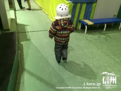 小さな子供たちもヘルメットを装着して頑張って滑ります!