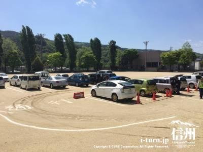 通常グランドとして利用している所を臨時駐車場へ