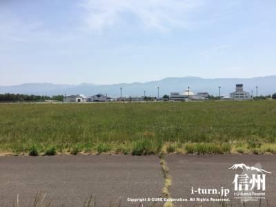 すぐ横には松本空港の滑走路
