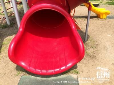 赤い滑り台が可愛い