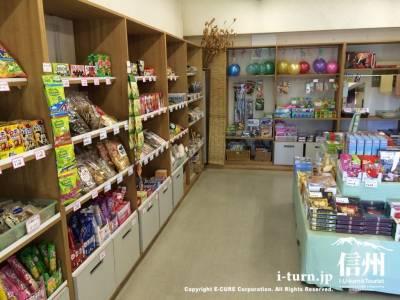 お菓子やボールなどの遊ぶものなどが売っています