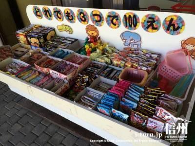 店頭では駄菓子系のお菓子が売られています