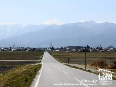 正面に常念岳が見える道|「おひさま」ロケ地・房子が車で走った安曇野の道|安曇野市穂高